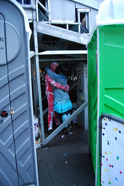 Un baiser romantique au Carnaval de Cologne
