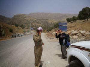 Rebecca salut soldat kurdistan irakien autostop