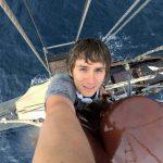 Piotr Kroczak de 1001 pas sur le mât d'un voilier