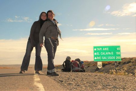 Amlie et Marion Laurin en auto-stop lors de leur voyage Jusqu'au bout de la terre