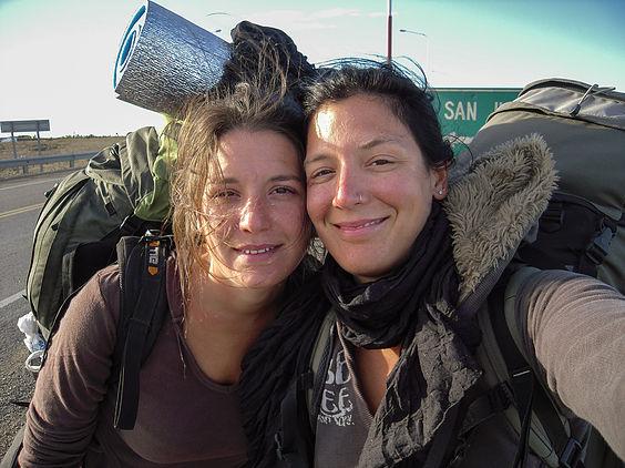 Amélie Laurin et Marion Laurin sur la route en auto-stop avec leurs sacs à dos