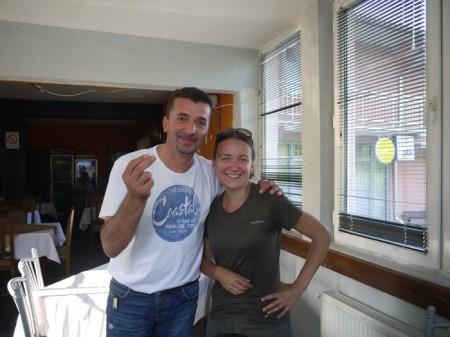 Ania et un nouvel ami serbe au Kosovo