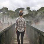 clouzote sur un pont pédestre nous faisant dos
