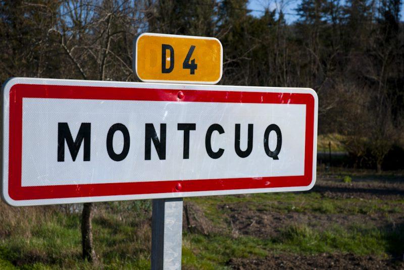 Pancarte d'entrée du village de Montcuq