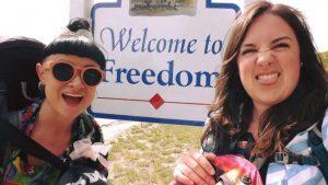 Pretenniless – Lilly et Sarah en auto-stop aux États-Unis