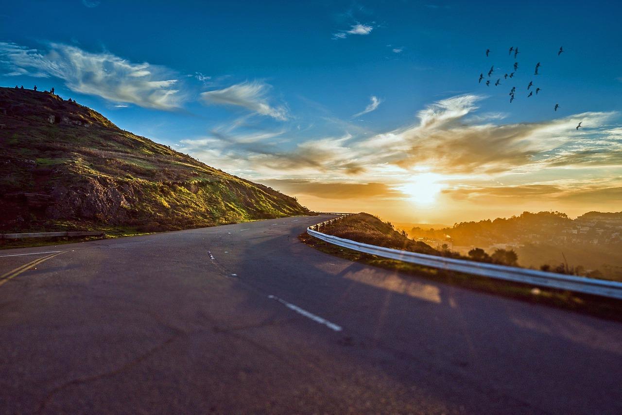 photo d'illustration route dde montagne crépuscule auto-stop