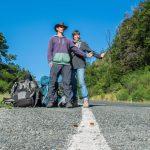 Quentin et Mariette de Shoesyourpath font de l'auto-stop en bordure de route
