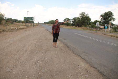 Auto-stoppeuse au bord de la route en Afrique, Solenne en Namibie