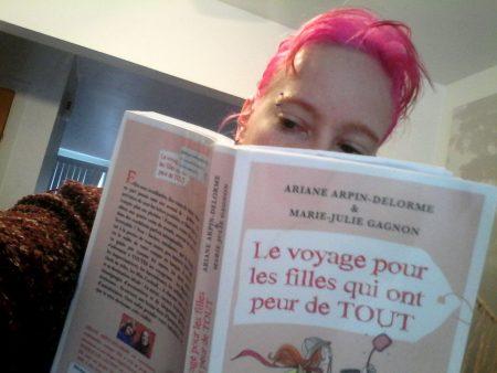 couverture du livre voyage pour les filles qui ont peur de tout avec mes cheveux roses au dessus